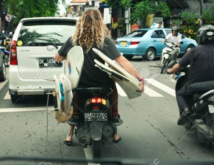 19739262-bali-4-janvier-touriste-avec-des-planches-de-surf-sur-le-scooter-le-4-janvier-2013-à-bali-en-indonésie-e